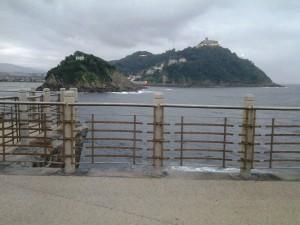 Paseo nuevo de san sebastian con vistas al monte igeldo