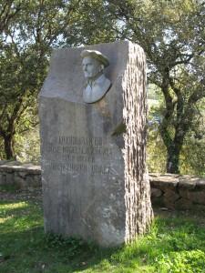 Busto de Jose Miguel de Barandiaran en la cueva de Santimamine