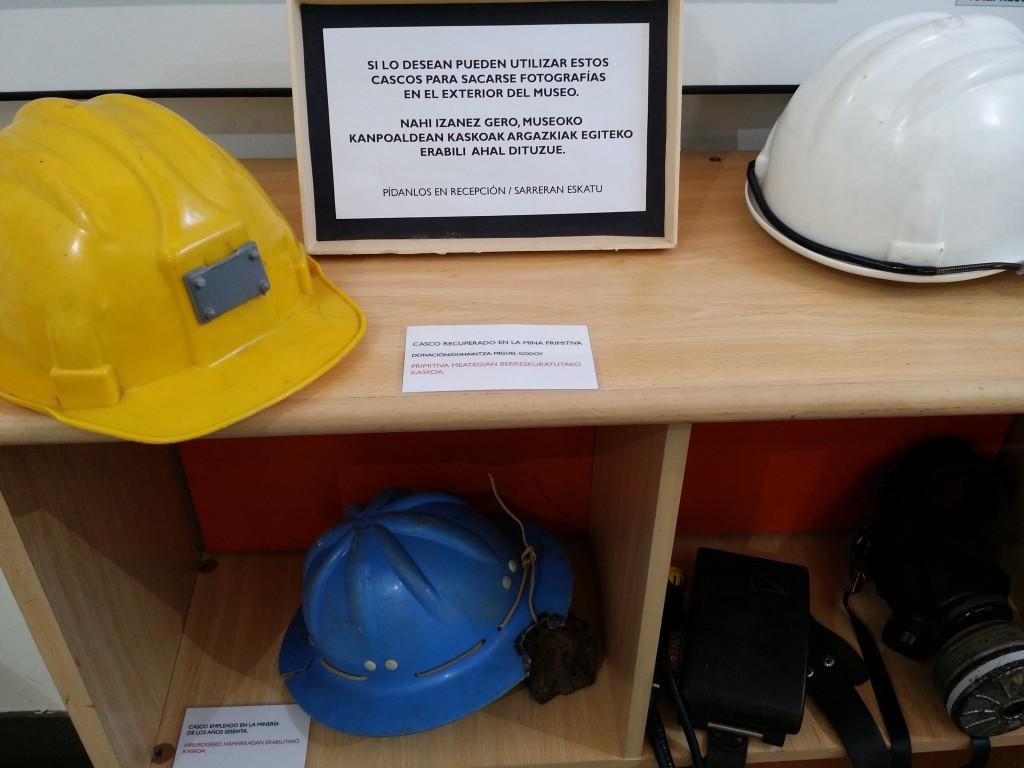 Cascos mineros del museo de la minería del País Vasco