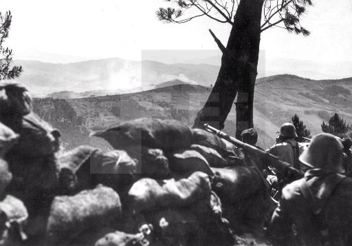 Soldados de la V Brigada de Navarra desde sus posiciones en el Urkulu