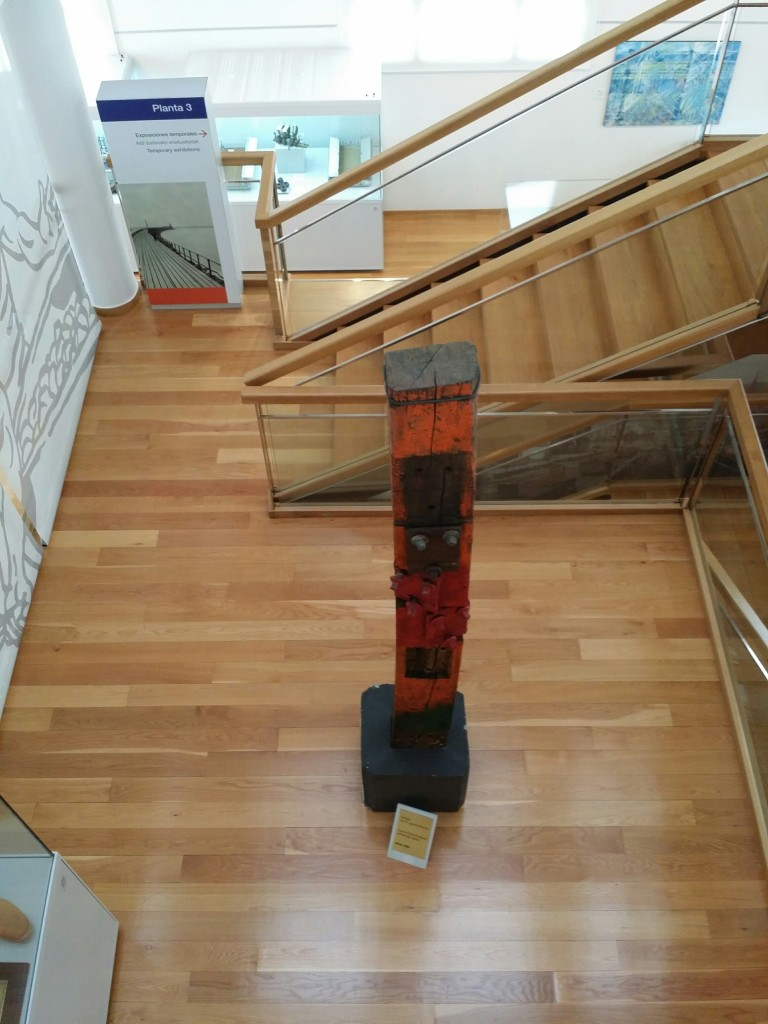 Escultura de Agustín Ibarrola en el museo de la industria, Rialia