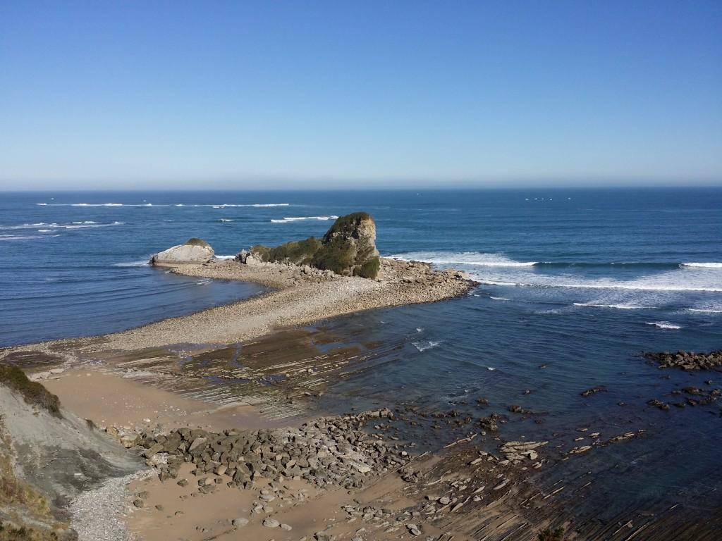 Isla frente a la costa de Hendaia