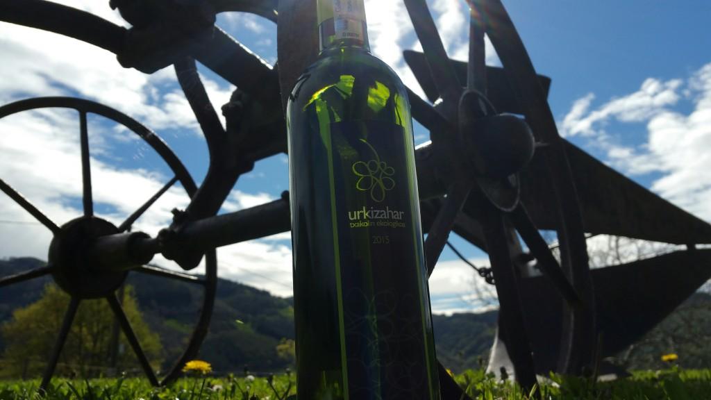 Botella Urkizahar junto al baserri familiar