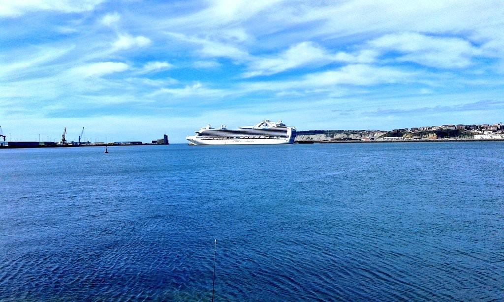 Crucero frente a Punta Galea, Getxo