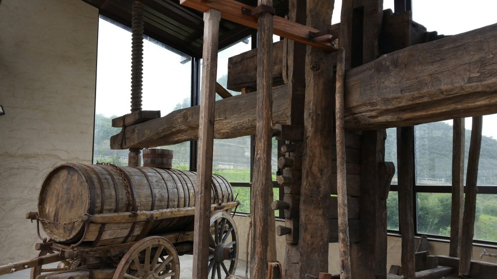 Prensa y carro cisterna Petritegi