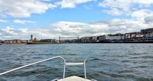 Navegando el abra, en barco por el Puente Colgante