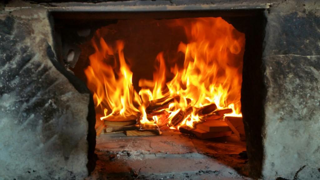 fuego-en-el-horno-de-piedra-de-bizkornako-ogia