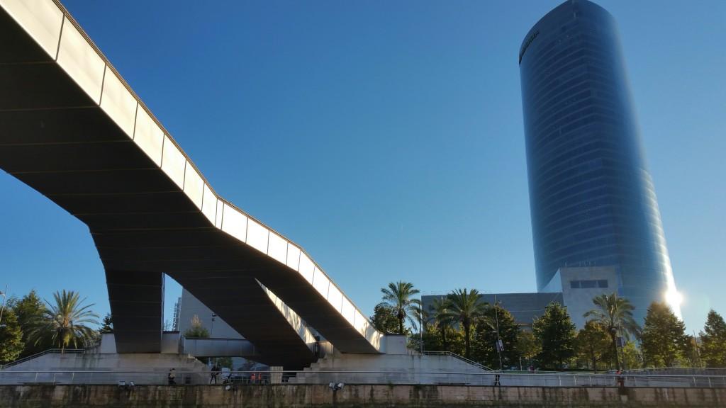 torre-iberdrola-desde-el-barco-de-river-cheer-en-la-ria-de-bilbao