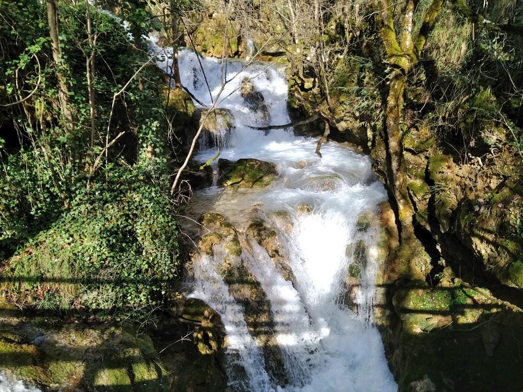Una de las muchas cascadas de Urederra