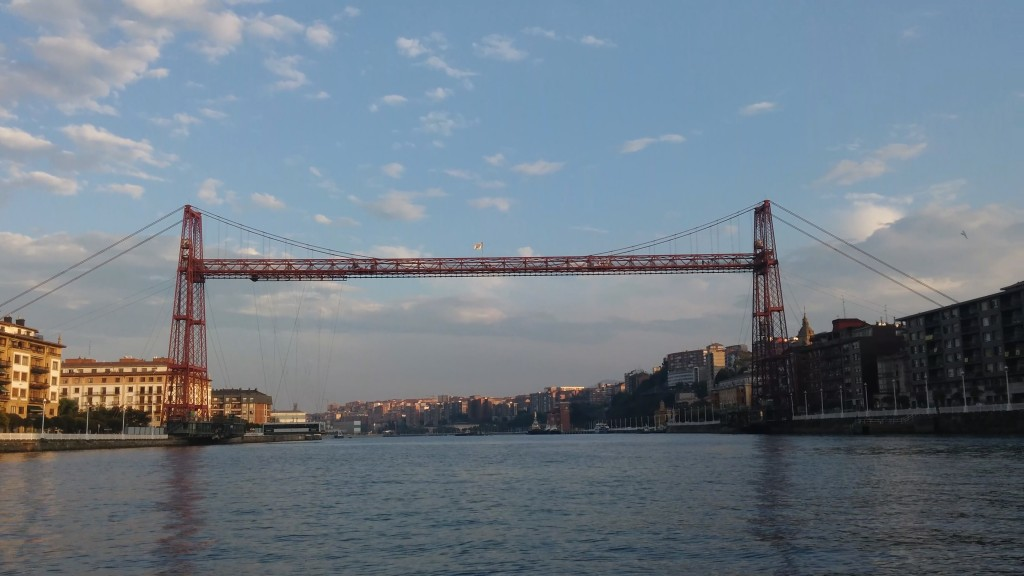 Puente colgante visto desde el mar