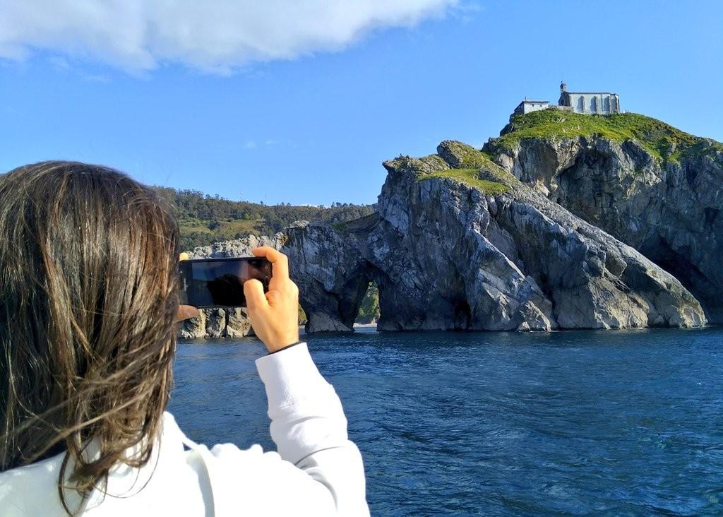 Turistas sacando fotos a San Juan de Gaztelugatxe