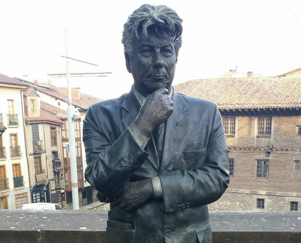 estatua Ken Follet, qué ver vitoria gasteiz