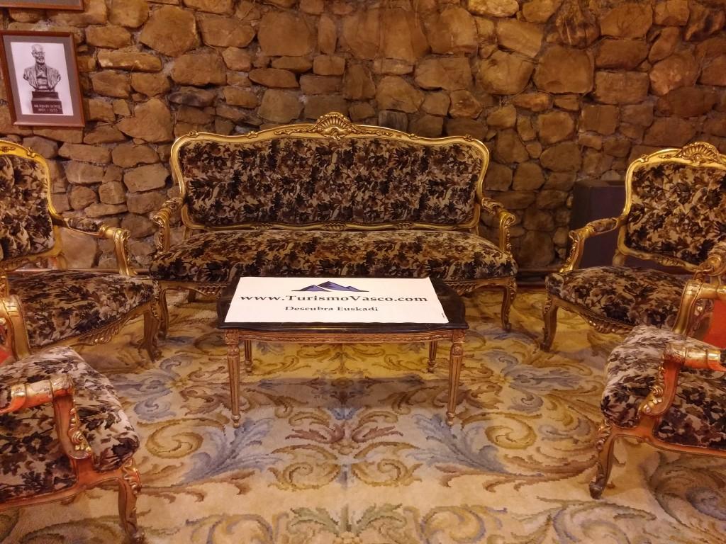 Muebles de época a lo largo del recorrido de la torre loizaga
