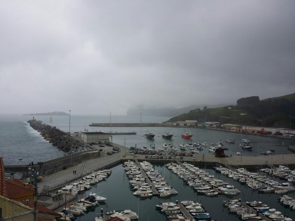 Puerto de Bermeo con niebla