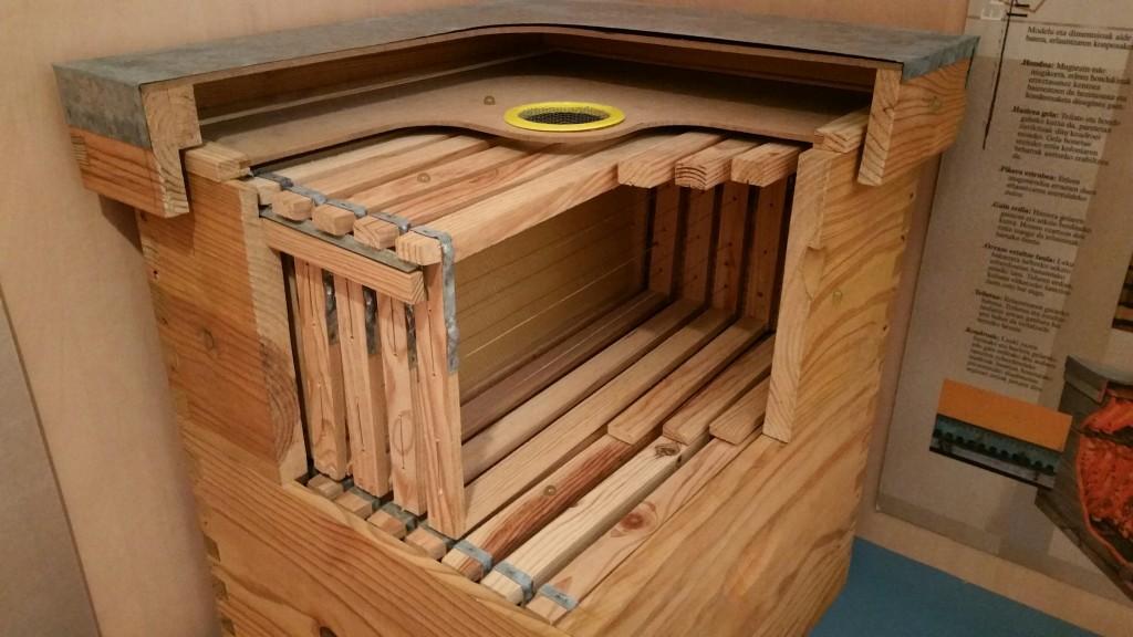 Colmena moderna en el Museo de la miel en Murgia