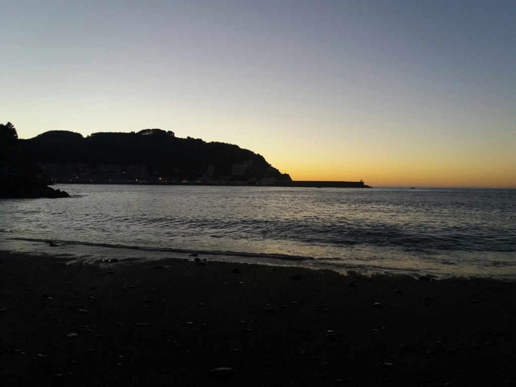 Anochecer en playa Santurraran, Mutriku