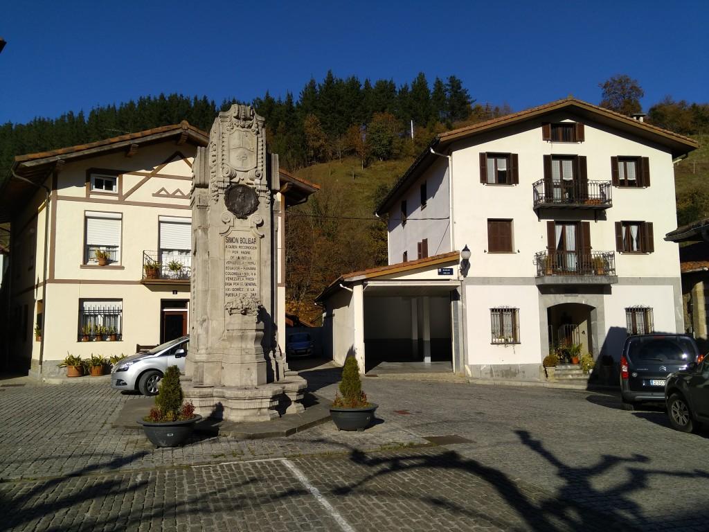 plaza-con-monumento-simon-bolivar