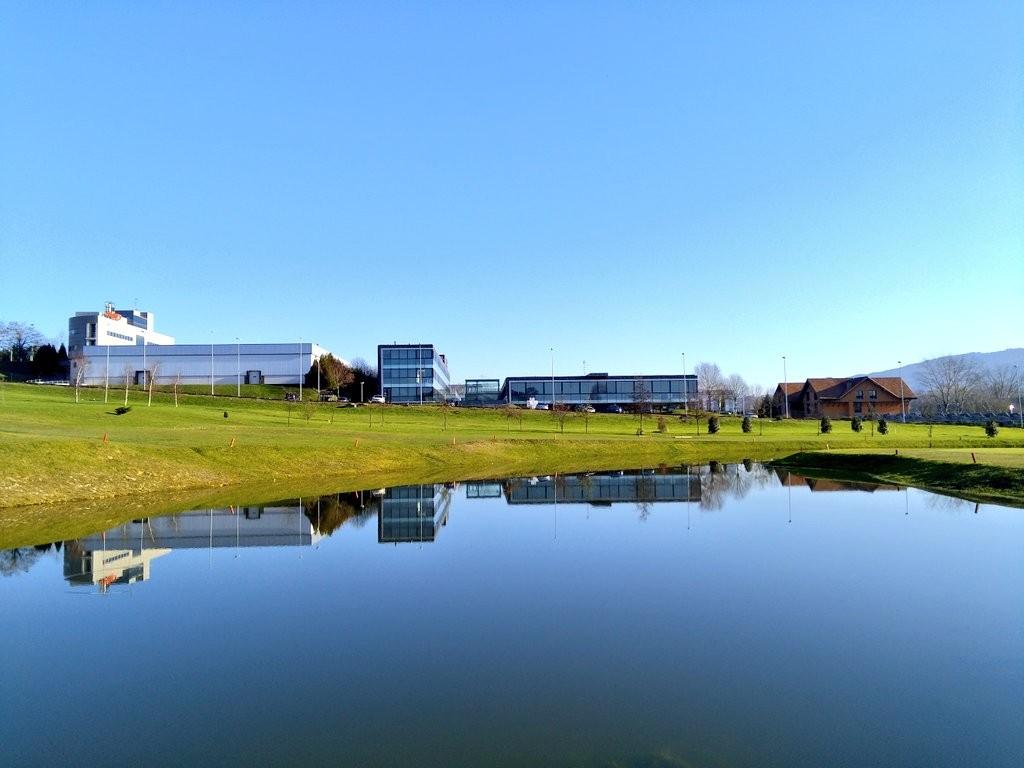 reflejos-del-parque-tecnologico-de-zamudio-en-el-lago-de-golf-derio