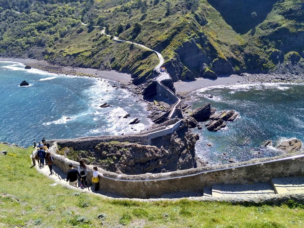 Escaleras y carretera de San Juan de Gaztelugatxe