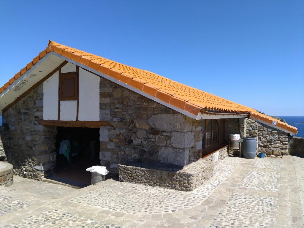 Refugio y baño de San Juan de Gaztelugatxe