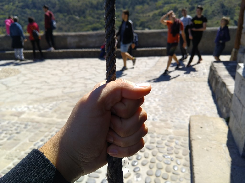 Tocar la campana en San Juan de Gaztelugatxe