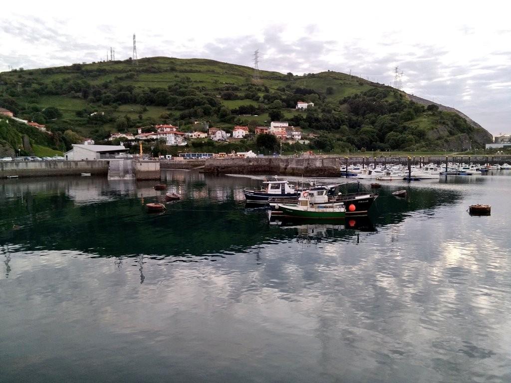 Barcos en el puerto de Zierbena