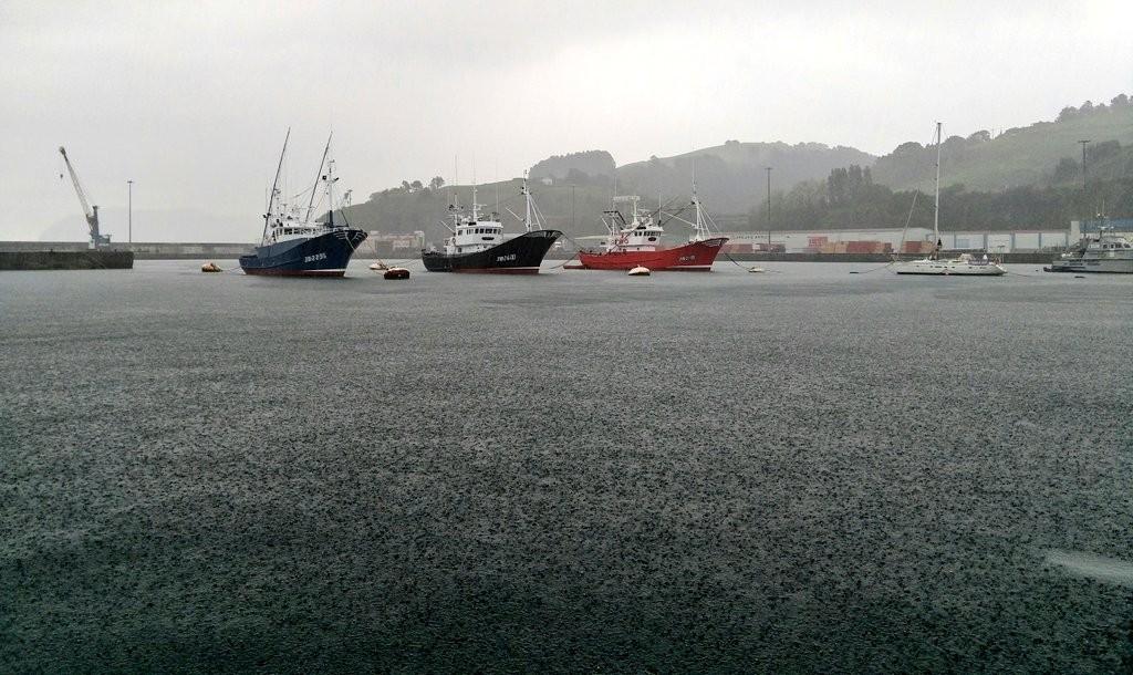 Lloviendo en el puerto de Bermeo