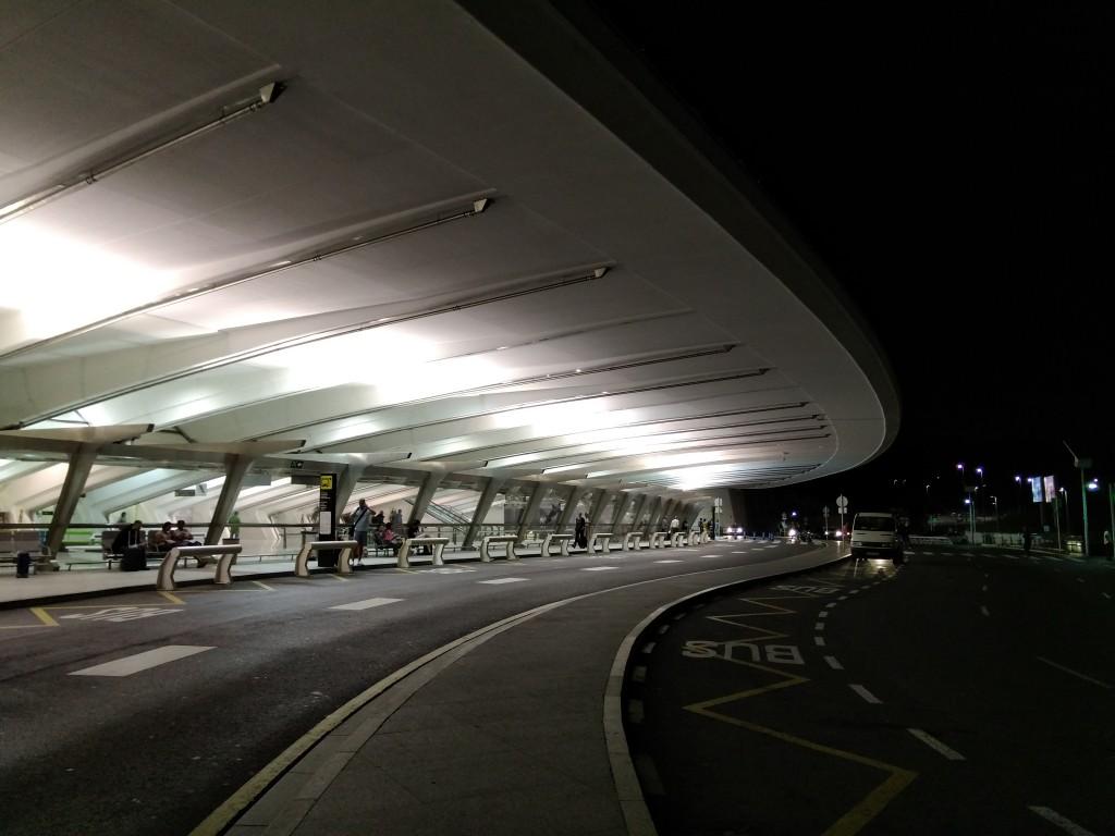 Aeropuerto de Bilbao de noche, llegadas