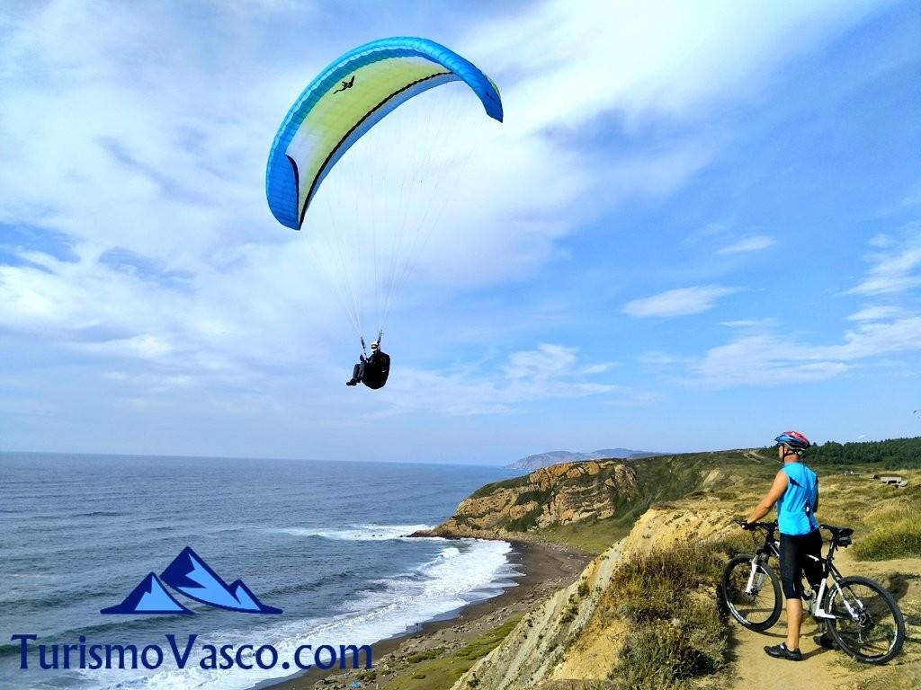 Bici y parapente en la costa de Sopela