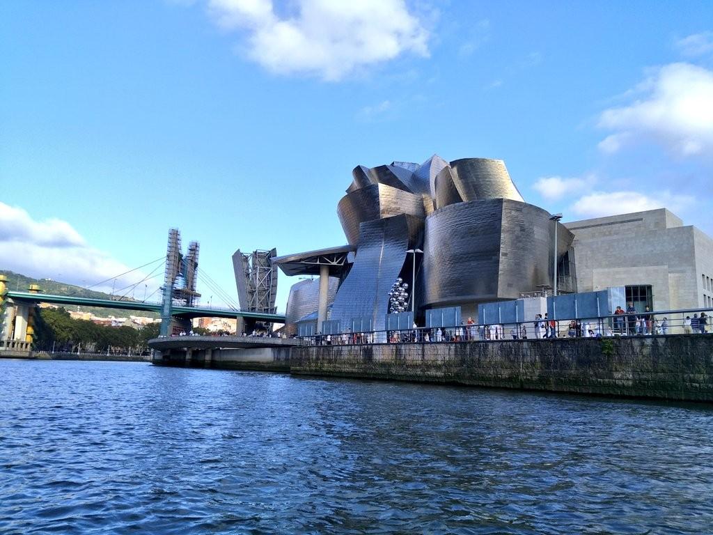 Museo Guggenheim desde la ría de Bilbao