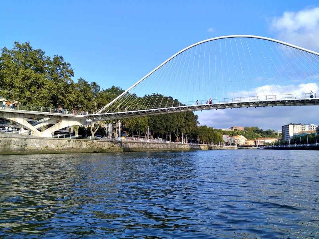 Puente zubizuri Bilbao desde la ría