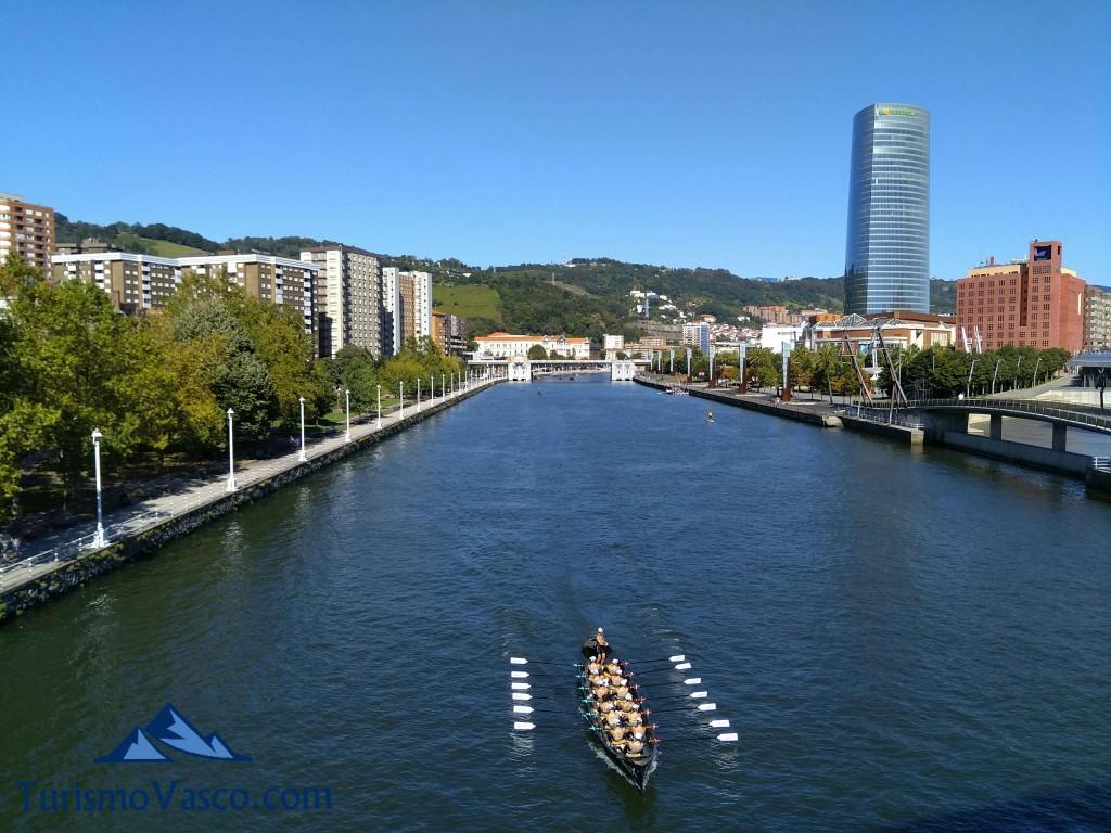 Traineras en la ría de Bilbao