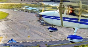 Aeropuerto de Bilbao desde el ala de una avioneta