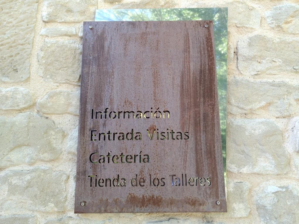 Cartel de entrada de la bodega Marqués de Riscal