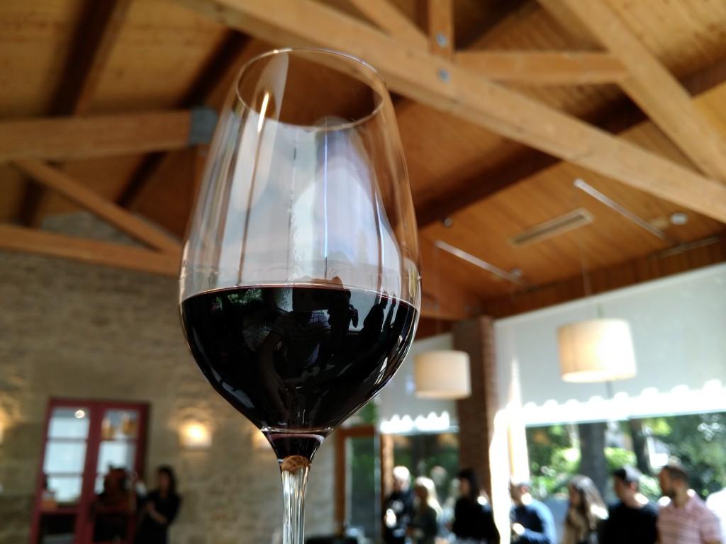 Cata de vino tinto en la bodega Marqués de Riscal