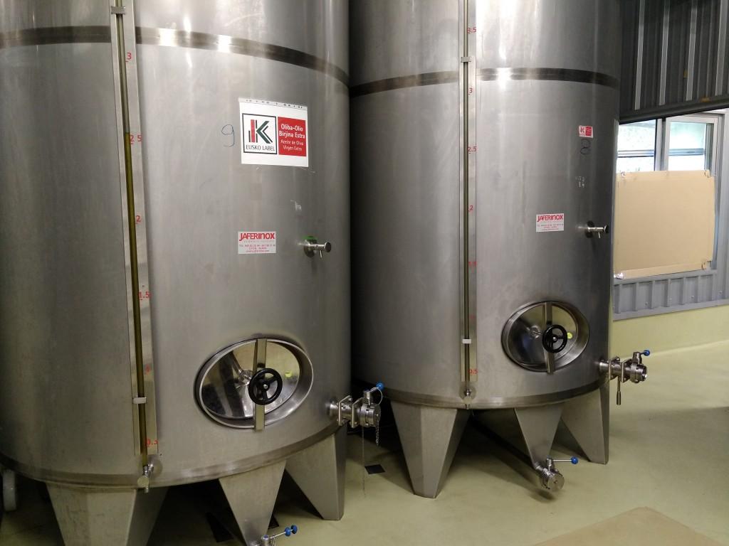 Depositos de aceite en el trujal de Moreda. Aceite Equidad