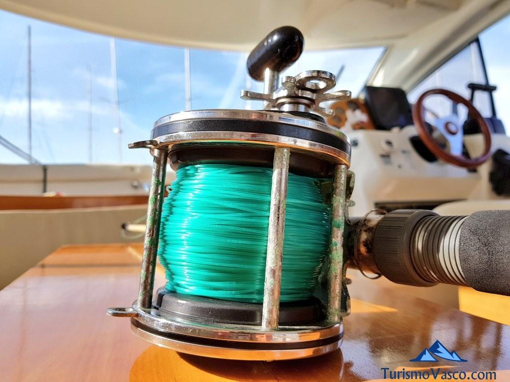Caña en la mesa del barco para pescar en Euskadi