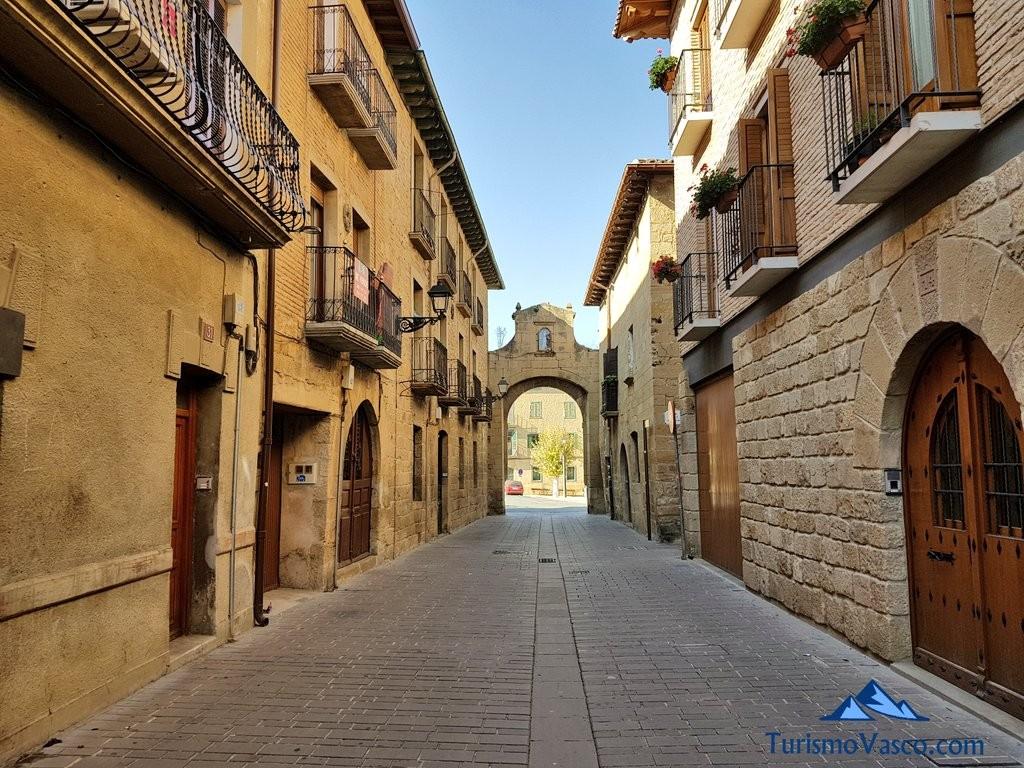 Calle principal de Olite Erriberri, portal de tafalla