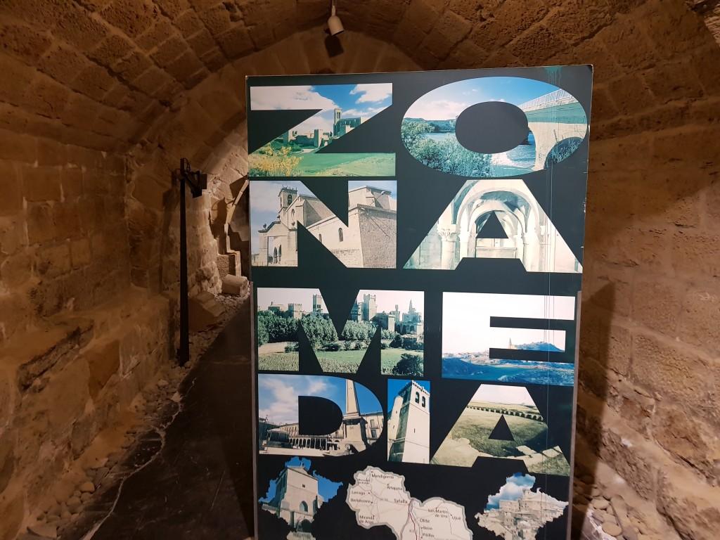 Cartel de la Zona Media de Navarra en las galerias subterraneas de Olite