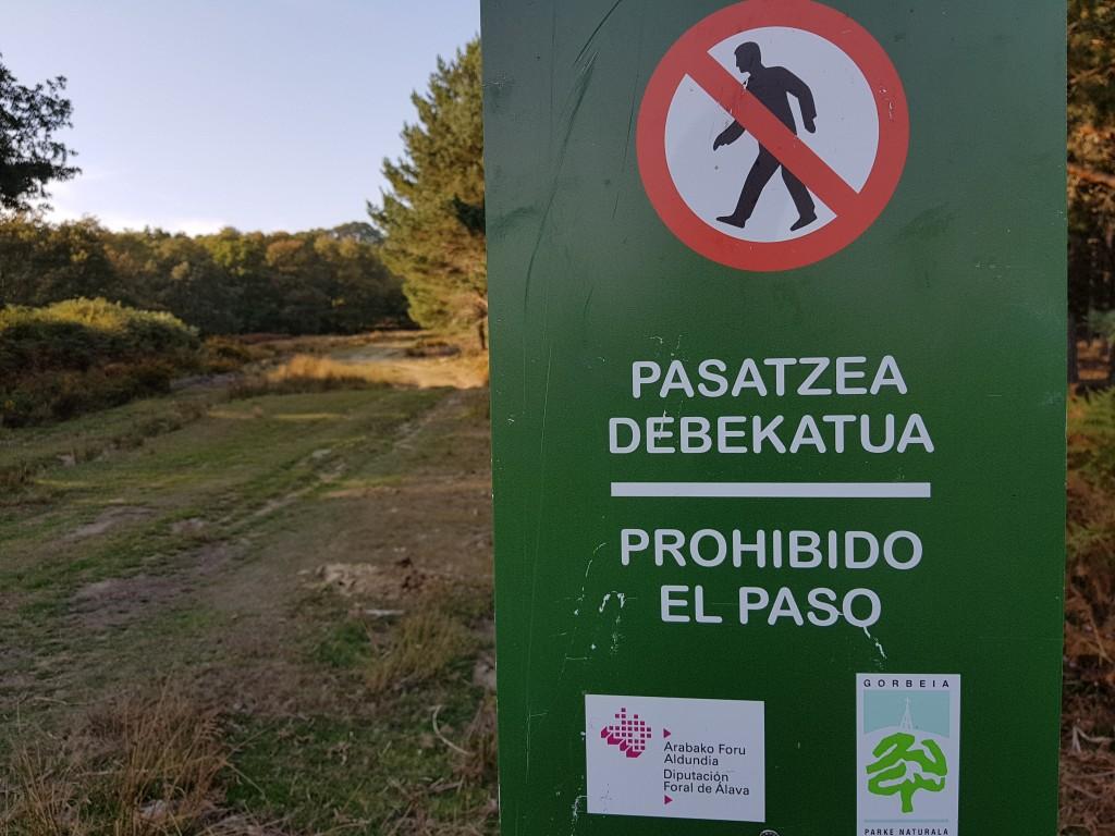 Carteles de prohibido el paso de la berrea en Gorbeia