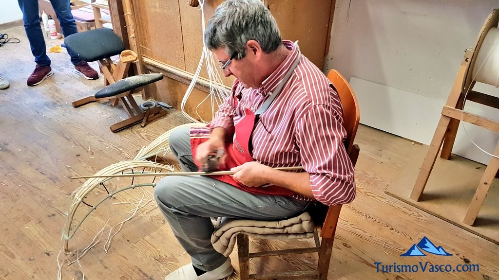 Elaboración de cestas de remonte artesanales en Galarreta Jai Alai