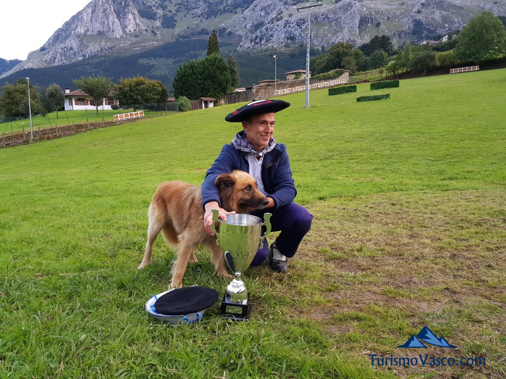 Jai y Antonio Alustiza posan tras ganar la txapela del Campeonato de perros pastores de Euskal Herria
