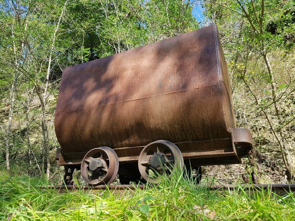 Vagoneta de ferrocarril para transportar el mineral, vía verde de Arrazola