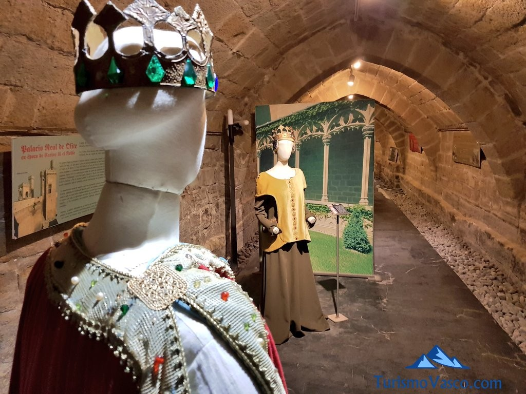 Vestimentas reales en las galerias medievales de Olite Erriberri