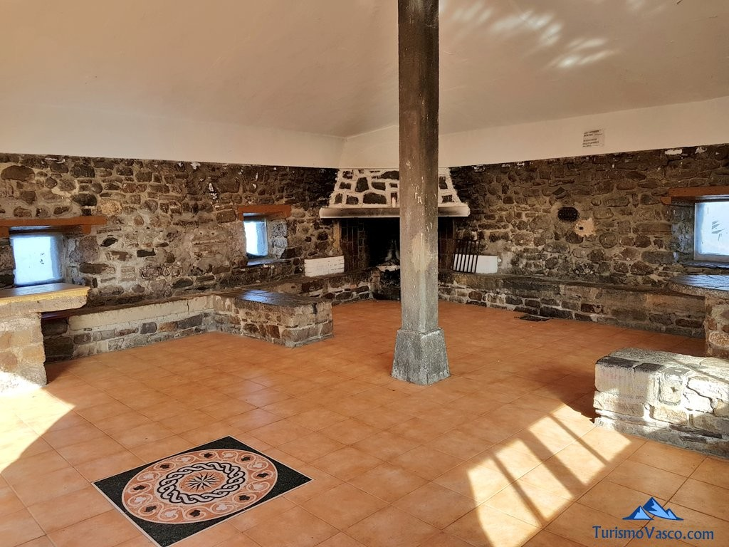 Interior del refugio de San Juan de Gaztelugatxe
