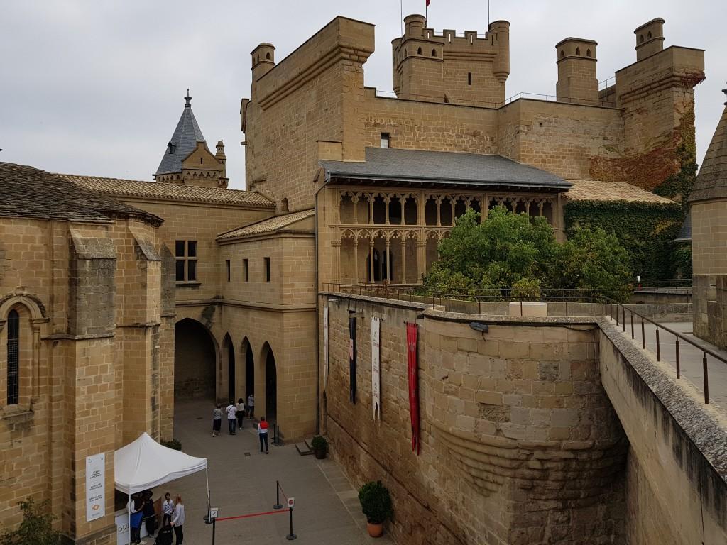 Patio principal del castillo de Olite desde arriba