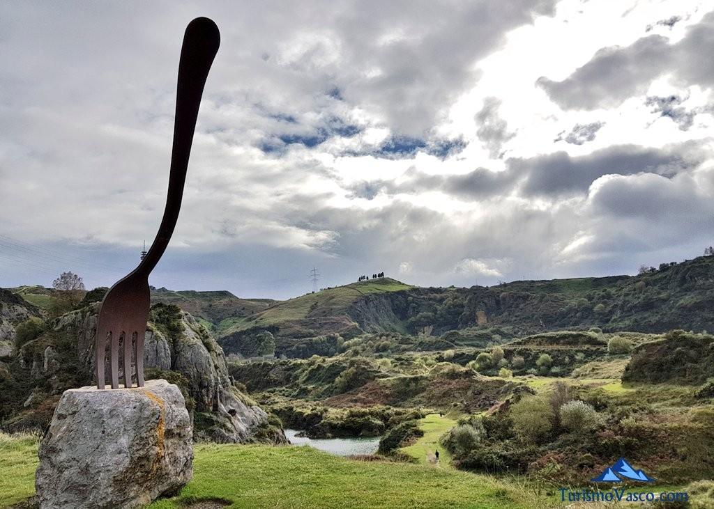 tenedor, escultura Hambre de La Arboleda