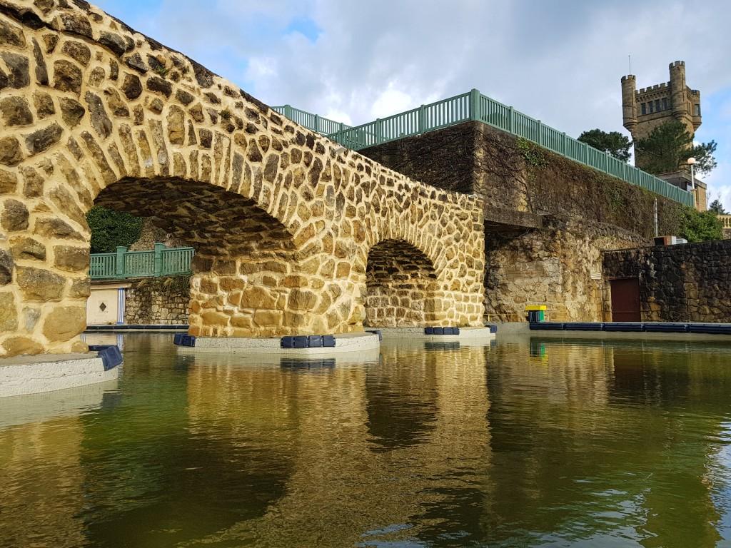 Reflejos en el agua de las atracciones del Monte Igeldo