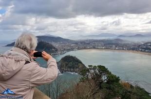 Señora sacando fotos desde el Monte Igeldo