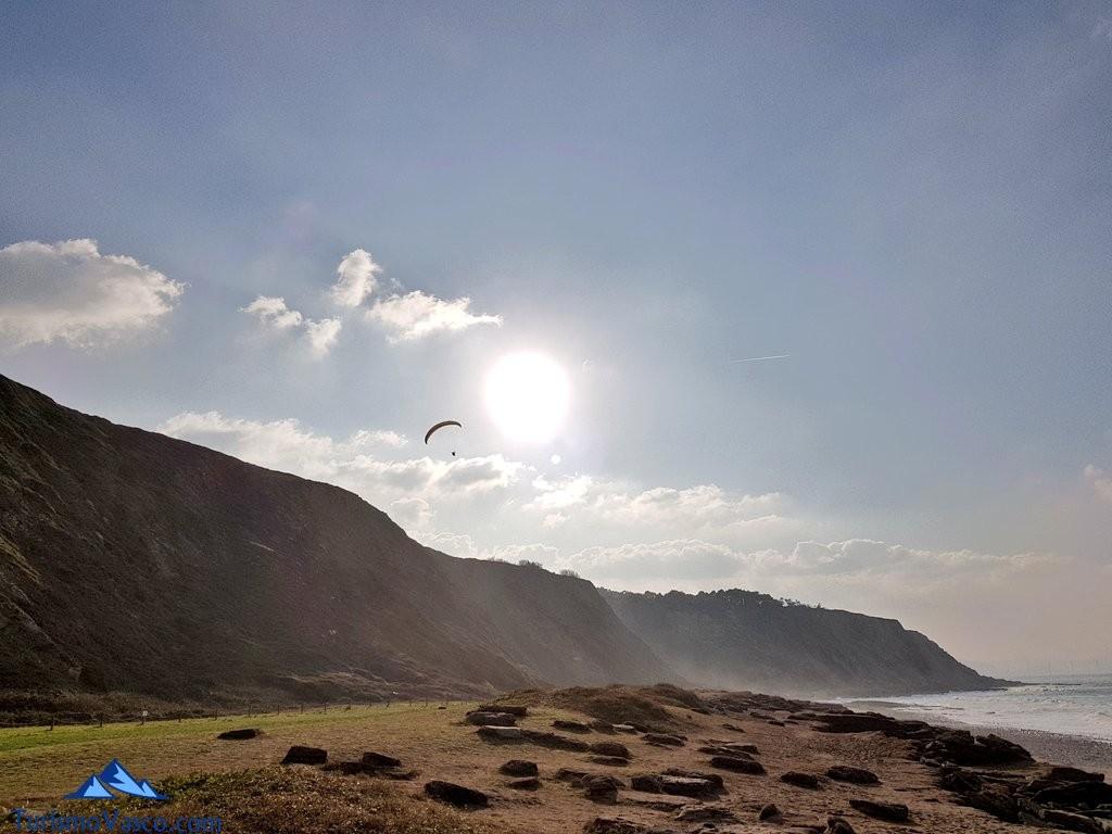 Parapente en la playa de Azkorri